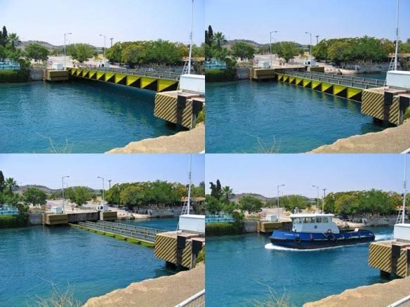 """På två ställen över Korinthkanalen finns sänkbara broar. Broarna har två körfält för bilar och ett gångfält i mitten. När sänkbroarna """"öppnas"""" sänks brospannen 8 m under vattenytan. Den stora fördelen med sänkbroar är båtarna som ska passera dem kan vara hur höga som helst."""