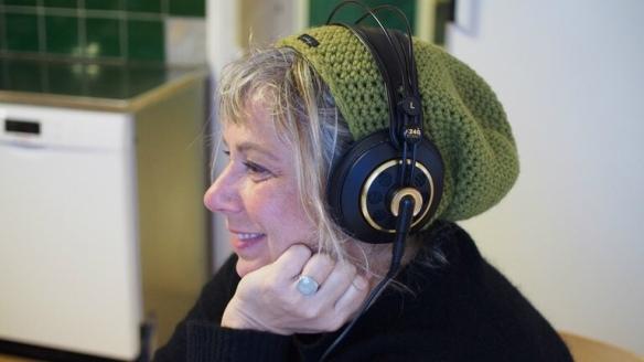 Stina Wollter i ett möte. Foto: Johanna Fellenius / SR.